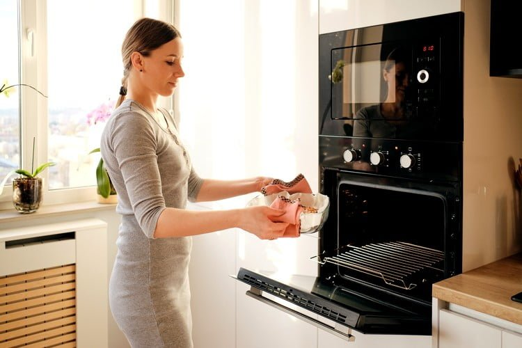 como assar bolo no forno do fogão a gás