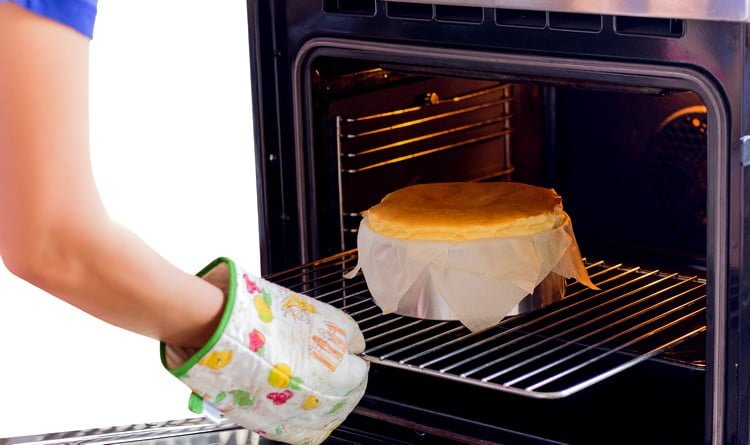 pode assar bolo em forma de inox
